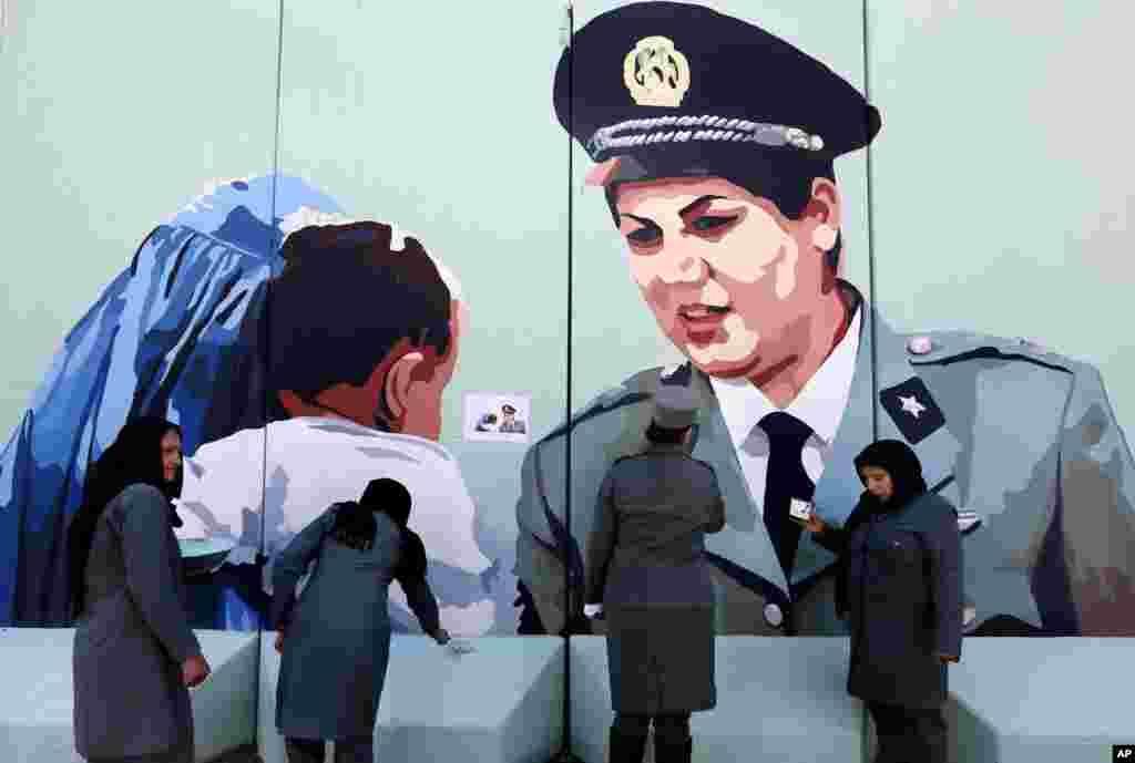 خواتین کے عالمی دن کے موقع پر افغانستان میں لی گئی تصویر۔