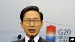 G-20 정상회의에 앞서 청와대에서 기자회견을 가진 이명박 대통령