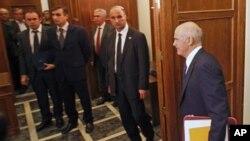 11月3号希腊总理帕潘德里欧走进议会大厦参加紧急内阁会议