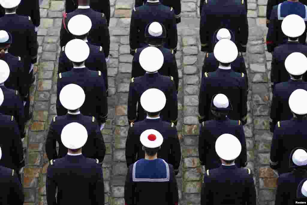프랑스 파리의 폐병원 정원에서 해군 장병들이 행사 의식을 치르고 있다.