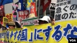 日本民众在首相官邸前抗议解禁集体自卫权(美国之音小玉拍摄)