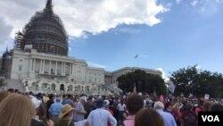 تجمع گروهی از مخالفان توافق هسته ای با ایران در مقابل ساختمان کنگره آمریکا در شهر واشنگتن - شهریور ۱۳۹۴