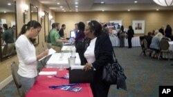 미국 플로리다주 다니아 비치에서 열린 취업박람회를 찾은 구직자들. (자료사진)