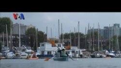 Mendayung Kayak Sambil Membersihkan Pantai Santa Monica