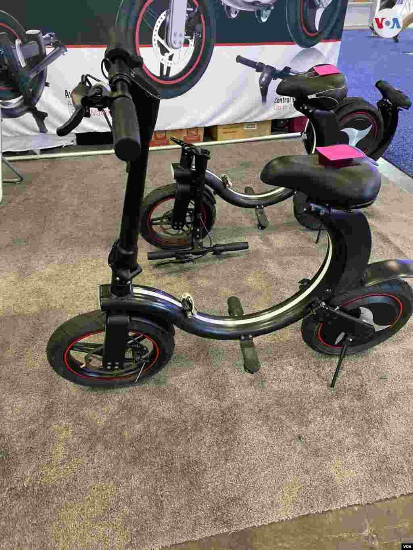 Seway, el vanzado fabricante de biciletas eléctricas, ha ideado un modelo que permite la movilidad, tal como si anduvieras en una silla. Iacopo D Luzi/VOA.