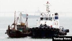 15일 인천시 중구 인천해양경비안전서 전용부두에 불법조업 중국어선(왼쪽)이 들어오고 있다. 이 어선은 전날 인천 강화군 교동도 인근 한강 하구에서 불법조업을 하다가 민정경찰에게 나포됐다.