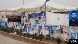 Người dân treo hình của những người mất tích ở Pakistan