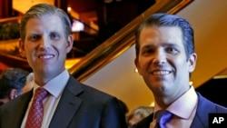 Eric Trump, trái, và Donald Trump Jr., Phó Chủ tịch điều hành của Tập đoàn Trump, ảnh chụp tại một sự kiện của Scion Hotels, một phân nhánh của khách sạn Trump, ngày 5/6/2017, ở New York.