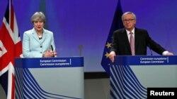 8일 벨기에 브뤼셀의 유럽연합 본부에서 테레사 메이 영국 총리(왼쪽)와 장클로드 융커 EU 집행위원장이 기자회견을 하고 있다.