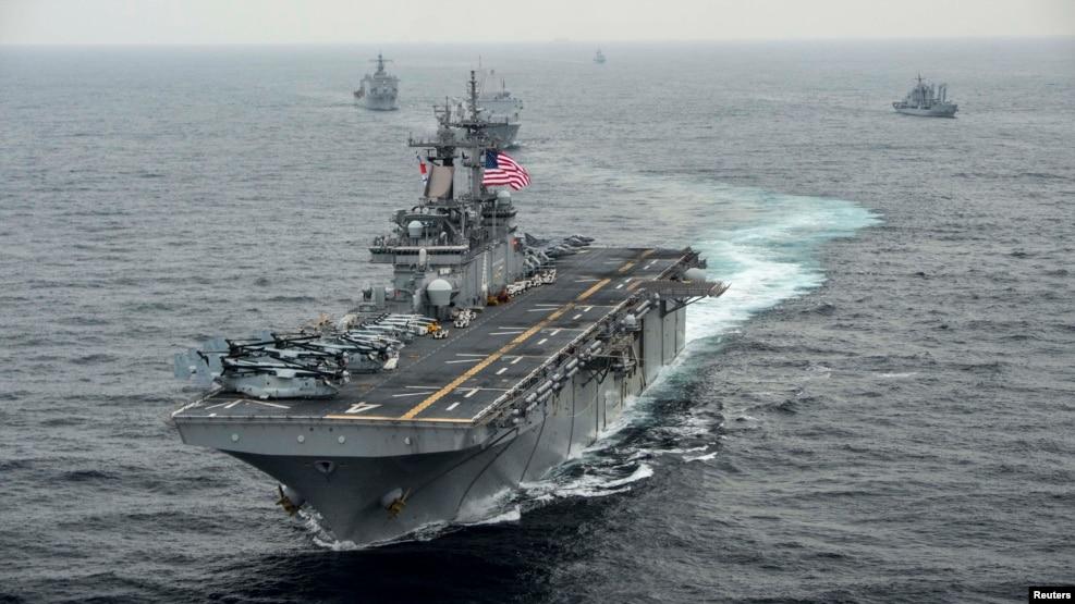 Tàu sân bay USS Boxer trong một cuộc tập trận. Ngày 16/6/2016, tàu sân bay USS Boxer mở cuộc tấn công đầu tiên chống Nhà nước Hồi giáo từ vị trí của tàu tại vùng Vịnh.