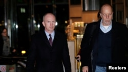 美国副贸易代表格里什(左)率领的美国贸易谈判代表团1月6日抵达北京一家酒店。