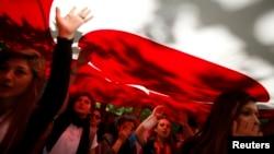 示威者挥舞着土耳其国旗。