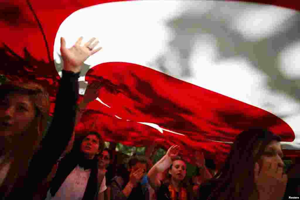 Demonstranti na protestu u parku Gezi kod trga Taksim u Istanbulu.