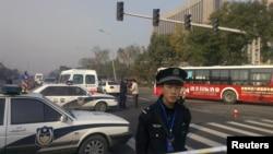 太原爆炸案发生后,警察在山西省委大楼外执行警戒。