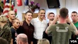 Presiden Amerika Barck Obama berfoto bersama para marinir Amerika di Hawaii.