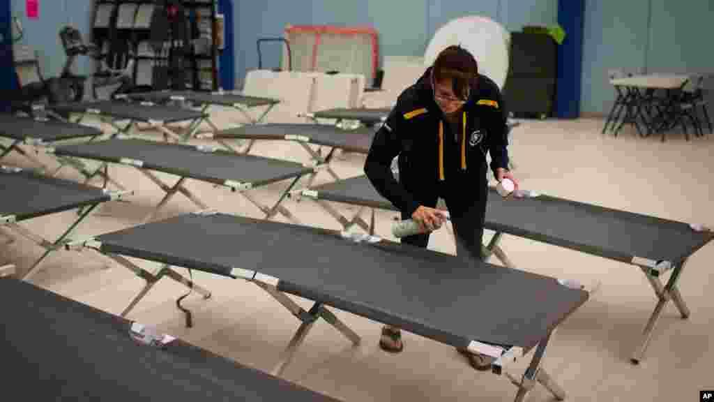 Wendy Tremblay, une résidente de Conklin, prépare des lits de camp pour les 62.000 personnes évacuées de Fort McMurray, à cause des incendies, 3 mai 2016.