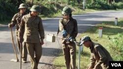 Beberapa tentara Vietnam membersihkan sisa-sisa bahan peledak dari era perang Vietnam di provinsi Quang Tri (foto: dok).