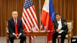川普與杜特爾特2017年11月13日參與東盟峰會 (路透社照片)