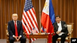 Presiden Amerika Serikat Donald Trump (kiri) dan Presiden Filipina Rodrigo Duterte mengadakan pertemuan bilateral di sela-sela KTT ASEAN ke-31 di Philippine International Convention Center di Manila, Filipina, 13 November 2017.