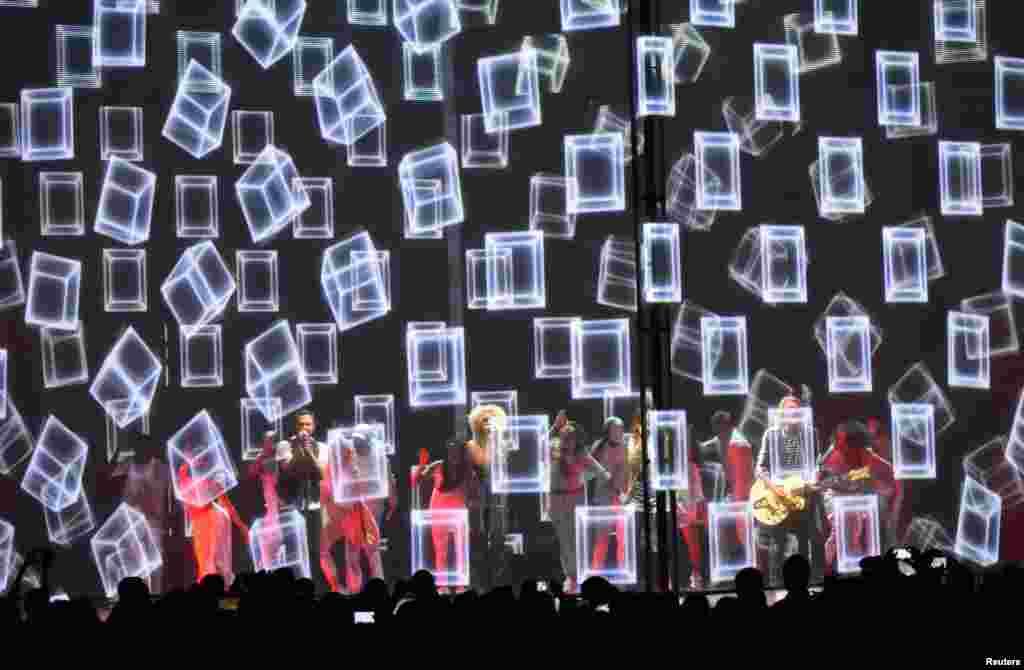 Nhóm Little Big Town, cùng Pharrell Williams, biểu diễn bài hát One Dance tại Lễ trao Giải thưởng Âm nhạc CMT 2016 ở thành phố Nashville, bang Tennessee, Mỹ, ngày 8 tháng 6, 2016.