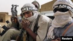 Des miliciens d'Ansar Dine circulant à Kidal, dans le nord du Mali, 16 juin, 2012.