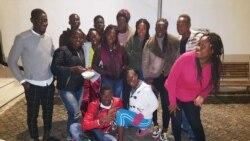 À esquerda, Vladimir Coimbra com um grupo de estudantes guineenses em Portugal