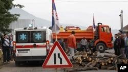 赛族人在科索沃-塞尔维亚边界关口设置路障,抗议科索沃警察控制两个有争议的关口
