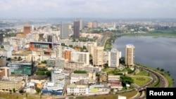Vue aérienne du quartier commercial d'Abidjan, en Côte d'Ivoire (27 déc. 2010)