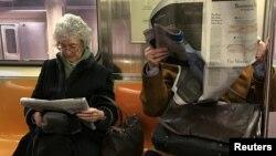 Des passagers du metro de New York, le 17 fevrier 2017.