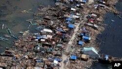 颱風海燕橫掃菲律賓後﹐菲律賓空軍直升機從空中俯視菲律賓中部一個漁村的災情。(2013年11月11日攝)