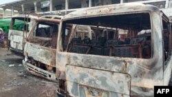 Des bus brûlés à la gare routière suite à des affrontements entre des séparatistes anglophones et les forces de sécurité à Buea au Cameroun le 10 juillet 2018.