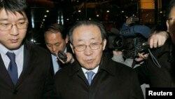 지난 2012년 2월 김계관 북한 외무성 부상이 베이징에서 글린 데이비스 미 국무부 대북정책특별대표와의 회담을 마친 후 호텔에 복귀하며 기자들의 질문을 받고 있다. ㅁ