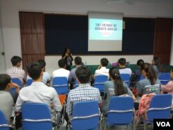 "Ayanna Howard gives a lecture on ""The Future of Robots and AI"" in Phnom Penh, Cambodia, September 9, 2018. (Nem Sopheakpanha/VOA Khmer)"