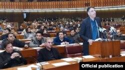 وفاقی وزیر خزانہ اسد عمر قومی اسمبلی میں منی بجٹ پیش کر رہے ہیں۔ 23 جنوری 2019