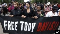 抗議者在白宮外要求制止處決死囚戴維斯