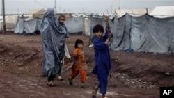 Pengungsi Khyber berjalan menjuju tenda penampungan di Jalozai dekat Peshawar, Pakistan (Foto: dok)