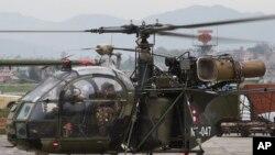 هلیکوپتر نظامی نپال، پس از یافتن لاشه هلیکوپتر مفقود شده ارتش آمریکا، برای ارائه گزارش در کاتماندو فرود آمد - ۲۵ اردیبهشت ۱۳۹۴
