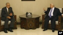 13일 왈리드 무알렘 시리아 외무장관(오른쪽)과 만난 라크다르 브라히미 공동특사(왼쪽).