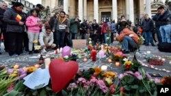 Người dân Bỉ mang đèn cầy và hoa tới dự một đêm không ngủ tại quảng trường Place de la Bourse ở trung tâm Brussels, ngày 22/3/2016.