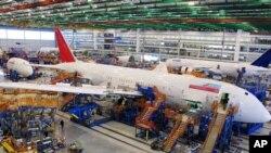 Los trabajadores ensamblan el Boeing 787 Dreamliners en la planta de montaje masiva de la compañía en North Charleston, S.C.