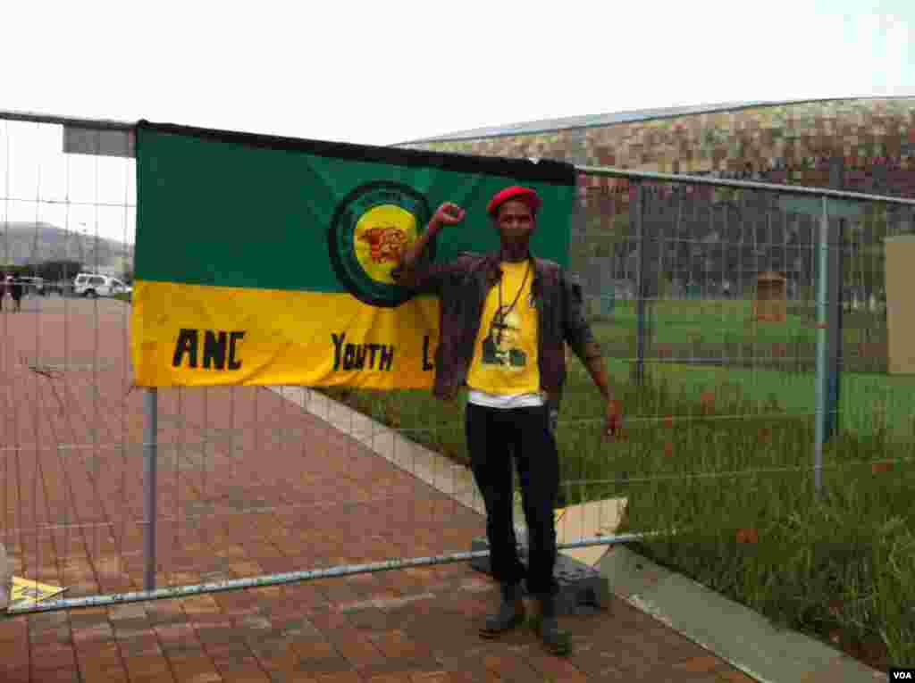 Este joven miembro del Congreso Nacional Africano participa de las ceremonias y homenajes en honor a Mandela.