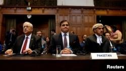 پاکستان کے اٹارنی جنرل انور منصور خان، وزارت خارجہ کے ترجمان محمد فیصل اور کوئنز کاؤنسل خاور قریشی عالمی عدالت انصاف میں سماعت کے دوران (فائل فوٹو)