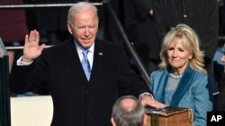 美國當選總統拜登在就職典禮上宣誓。(2020年1月20日)