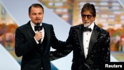 Aktor Leonardo DiCaprio (kiri) dan Amitabh Bachchan mempromosikan film yang mereka bintangi, 'The Great Gatsby', di Festival Film Cannes. (Foto: Reuters)