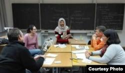 Dosen BIPA dari UNY, Dr Ari Kusmiatun dalam sebuah kelas di Munchen, Jerman. (Foto courtesy: pribadi).