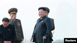 官方朝中社公布的这张未注明日期的照片显示朝鲜领导人金正恩指导朝鲜人民军战斗机飞行员的起降训练。