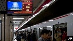 지난달 17일 중국 베이징의 한 지하철역에 설치된 TV에서 북한의 대미 도발 위협에 대한 뉴스가 나오고 있다. (자료사진)