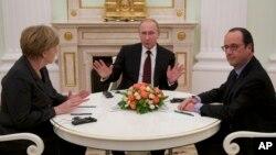 法國總統奧朗德(右)和德國總理默克爾(左)與俄羅斯總統普京(中)的會談。