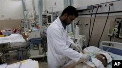 医生治疗在反政府示威中受伤的人