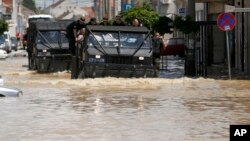 Oklopna vozila na poplavljenim ulicama Obrenovca, 20. maj 2014.